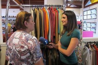 Renata Teodoro entrevistando uma cliente.