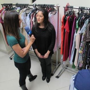 Renata Teodoro entrevistando a Natália Adachi (Coord. de Moda e MKT)