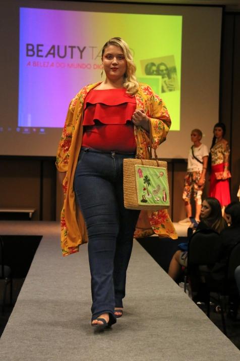 Kimono #NEONROSE (P) R$59 | Body #RAIA (P) R$39 | Calça (ACERVO) | Brinco (ACERVO) | Bolsa R$49 | Sandália #VIAUNO (39) R$39 ⠀